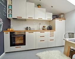 Skandynawia naszymi oczami - Mała otwarta biała czarna kuchnia jednorzędowa w aneksie - zdjęcie od DreamHouse