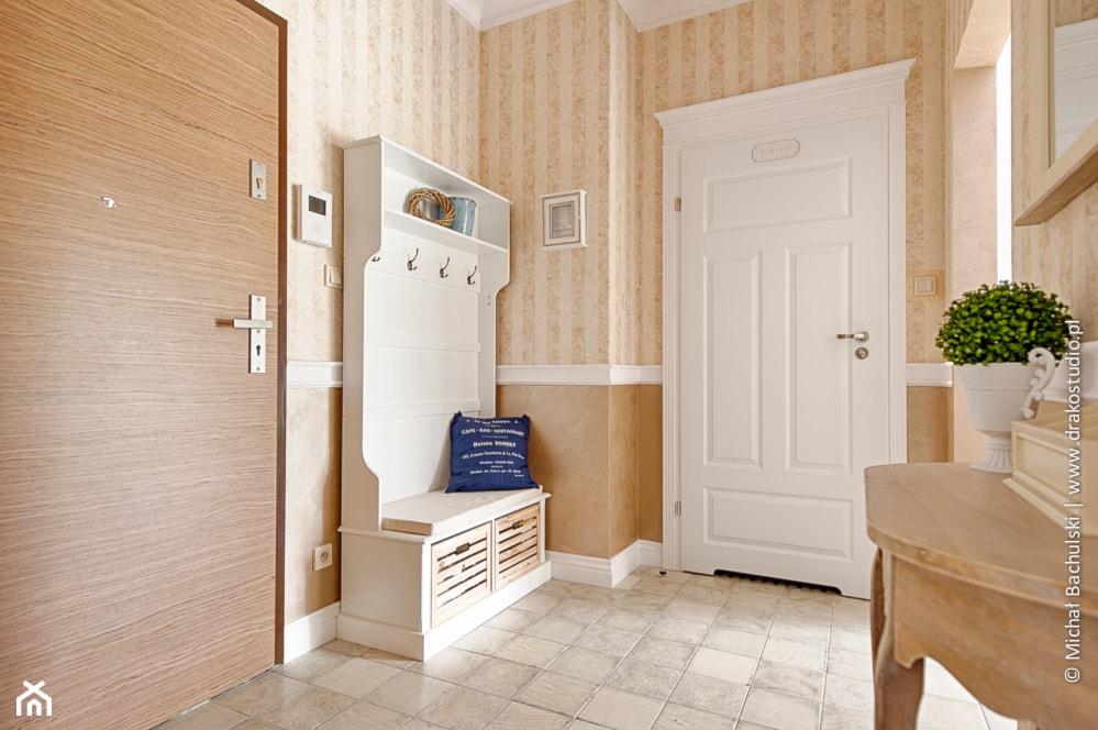 Francuski zakątek ;) - Mały beżowy hol / przedpokój, styl prowansalski - zdjęcie od DreamHouse - Homebook