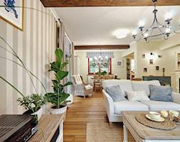 METAMORFOZA DOMU NA WZGÓRZU - Średni beżowy salon z jadalnią - zdjęcie od DreamHouse - Homebook