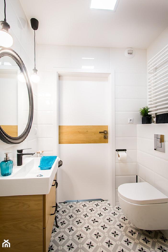 Przytulna kawalerka - Mała biała łazienka w bloku, styl skandynawski - zdjęcie od DreamHouse - Homebook