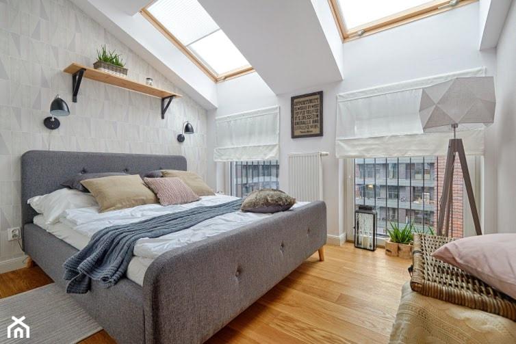 Aranżacje wnętrz - Sypialnia: Skandynawia naszymi oczami - Średnia biała szara sypialnia małżeńska na poddaszu, styl skandynawski - DreamHouse. Przeglądaj, dodawaj i zapisuj najlepsze zdjęcia, pomysły i inspiracje designerskie. W bazie mamy już prawie milion fotografii!