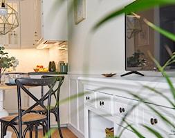 Z WIDOKIEM NA WISŁĘ - Mała otwarta biała beżowa jadalnia w kuchni w salonie - zdjęcie od DreamHouse