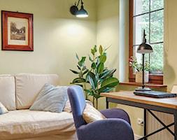 METAMORFOZA DOMU NA WZGÓRZU - Mały beżowy salon - zdjęcie od DreamHouse - Homebook