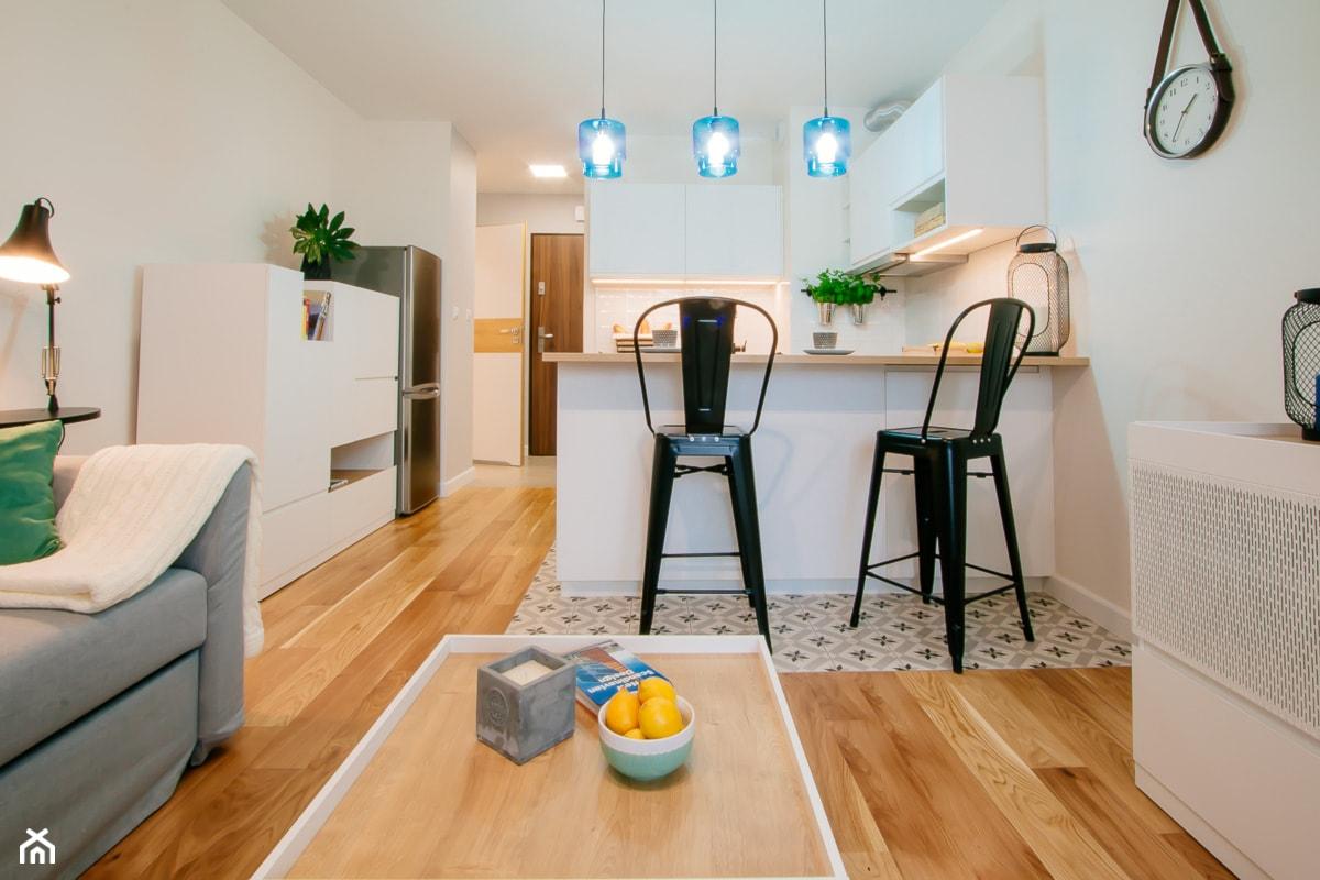 Przytulna kawalerka - Mała biała kuchnia w aneksie z wyspą, styl skandynawski - zdjęcie od DreamHouse - Homebook
