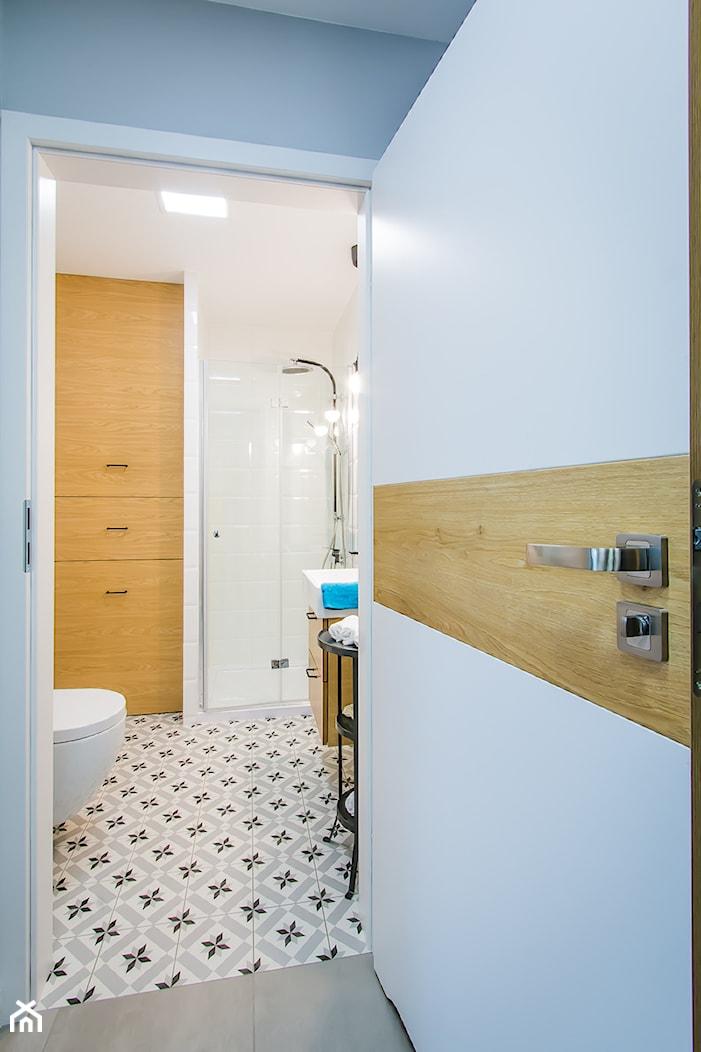 Przytulna kawalerka - Średnia biała łazienka w bloku w domu jednorodzinnym bez okna - zdjęcie od DreamHouse - Homebook