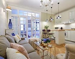 Klimatyczny Kazimierz - Mały biały beżowy zielony salon z kuchnią z jadalnią, styl prowansalski - zdjęcie od DreamHouse