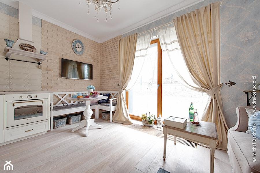 Francuski zakątek ;) - Średni kolorowy salon z kuchnią z jadalnią z tarasem / balkonem, styl prowansalski - zdjęcie od DreamHouse