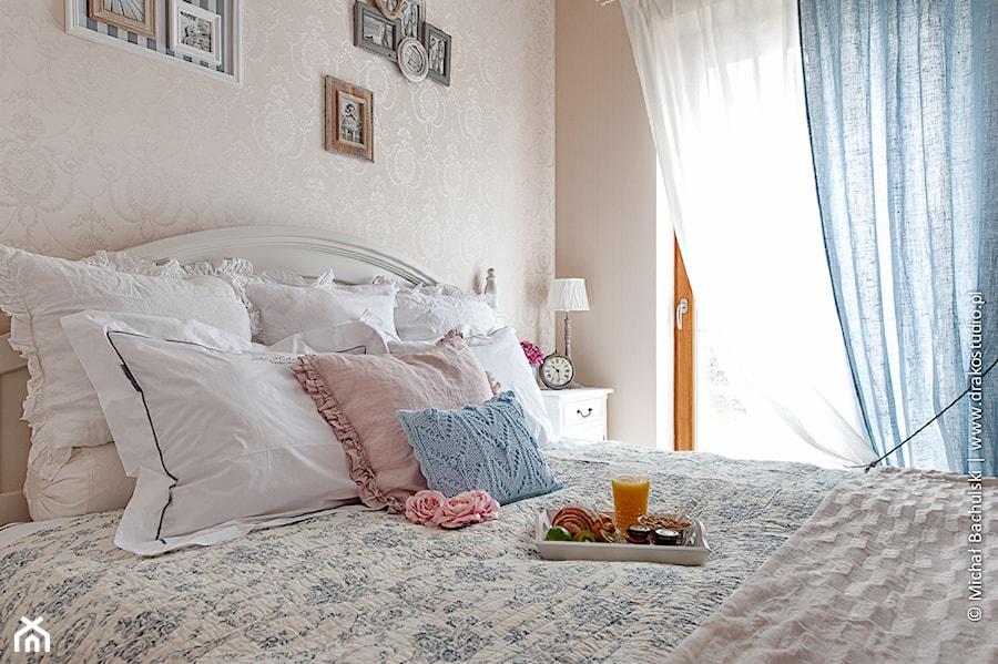 Francuski zakątek ;) - Mała szara sypialnia małżeńska, styl prowansalski - zdjęcie od DreamHouse