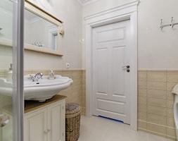 Ludwik w Skandynawii ;) - Mała biała łazienka na poddaszu w bloku w domu jednorodzinnym bez okna, styl prowansalski - zdjęcie od DreamHouse