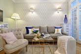 beżowy fotel i beżowa sofa z niebieskimi dodatkami
