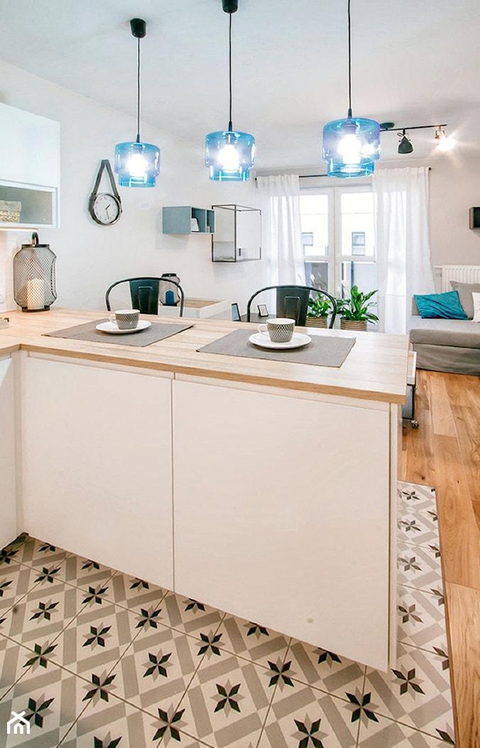 Przytulna kawalerka - Średnia otwarta biała kuchnia w kształcie litery g w aneksie z oknem, styl skandynawski - zdjęcie od DreamHouse - Homebook