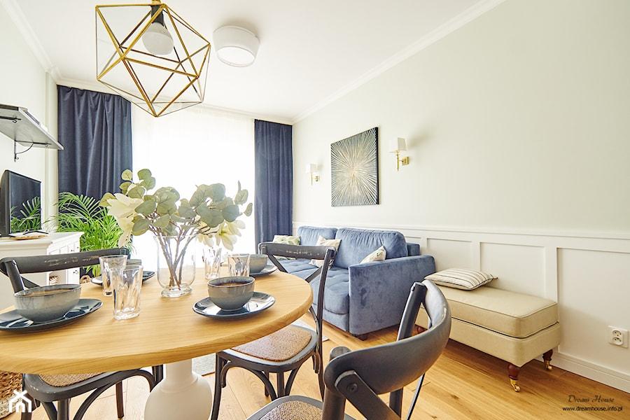 Z WIDOKIEM NA WISŁĘ - Mały biały beżowy salon z jadalnią - zdjęcie od DreamHouse