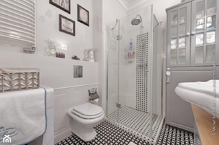 Francuski Zakątek Mała Biała łazienka Styl