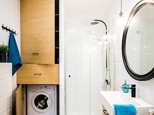 Przytulna kawalerka - Mała biała łazienka w bloku bez okna, styl skandynawski - zdjęcie od DreamHouse