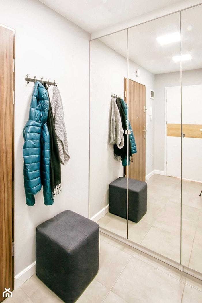 Przytulna kawalerka - Średni szary hol / przedpokój, styl skandynawski - zdjęcie od DreamHouse - Homebook