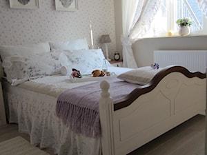 Magiczne 40m2 - Średnia beżowa szara sypialnia małżeńska, styl prowansalski - zdjęcie od DreamHouse