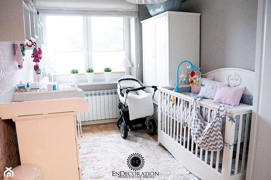 Aranżacje wnętrz - Pokój dziecka: Pokoik Vanesski - Średni biały szary brązowy pokój dziecka dla chłopca dla dziewczynki dla niemowlaka, styl klasyczny - EnDecoration. Przeglądaj, dodawaj i zapisuj najlepsze zdjęcia, pomysły i inspiracje designerskie. W bazie mamy już prawie milion fotografii!
