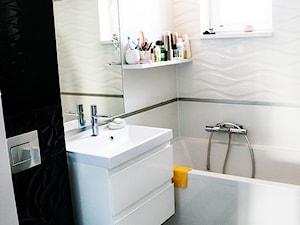 Biało czarna łazienka - Średnia biała czarna łazienka w bloku bez okna, styl klasyczny - zdjęcie od EnDecoration