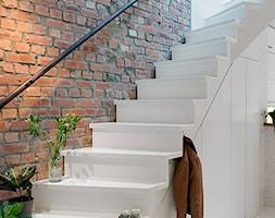 Małe wąskie schody wachlarzowe drewniane, styl skandynawski - zdjęcie od Katarzyna Górna-Drzewosz