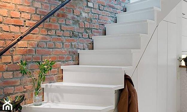białe schody w stylu scandi