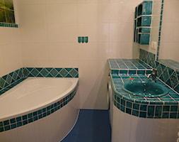 Aranżacje - Mała biała niebieska łazienka w bloku w domu jednorodzinnym bez okna, styl rustykalny - zdjęcie od Florisa
