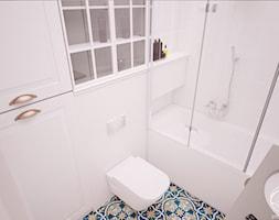 Mieszkanie w klimatycznej kamienicy - Mała biała łazienka w bloku w domu jednorodzinnym z oknem, styl klasyczny - zdjęcie od Progetti Architektura