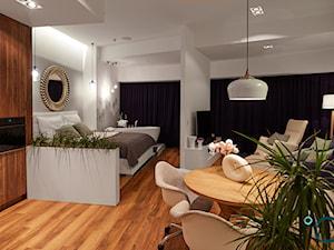 KONKURS Wnętrza Roku 2017 - Apartament Sky Tower 3 - Średni biały salon z kuchnią z jadalnią, styl nowoczesny - zdjęcie od Pracownia architektoniczna meridian