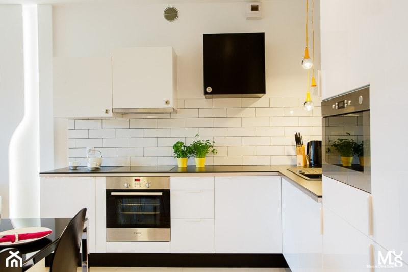 LEMON- mieszkanie na wynajem - Mała otwarta biała kuchnia w kształcie litery l z oknem, styl nowoczesny - zdjęcie od Pracownia architektoniczna meridian - Homebook