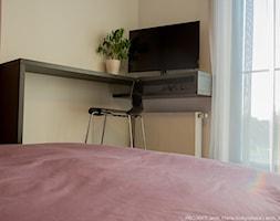Apartament Angel Wings - Mała beżowa żółta sypialnia dla gości, styl nowoczesny - zdjęcie od Pracownia architektoniczna meridian