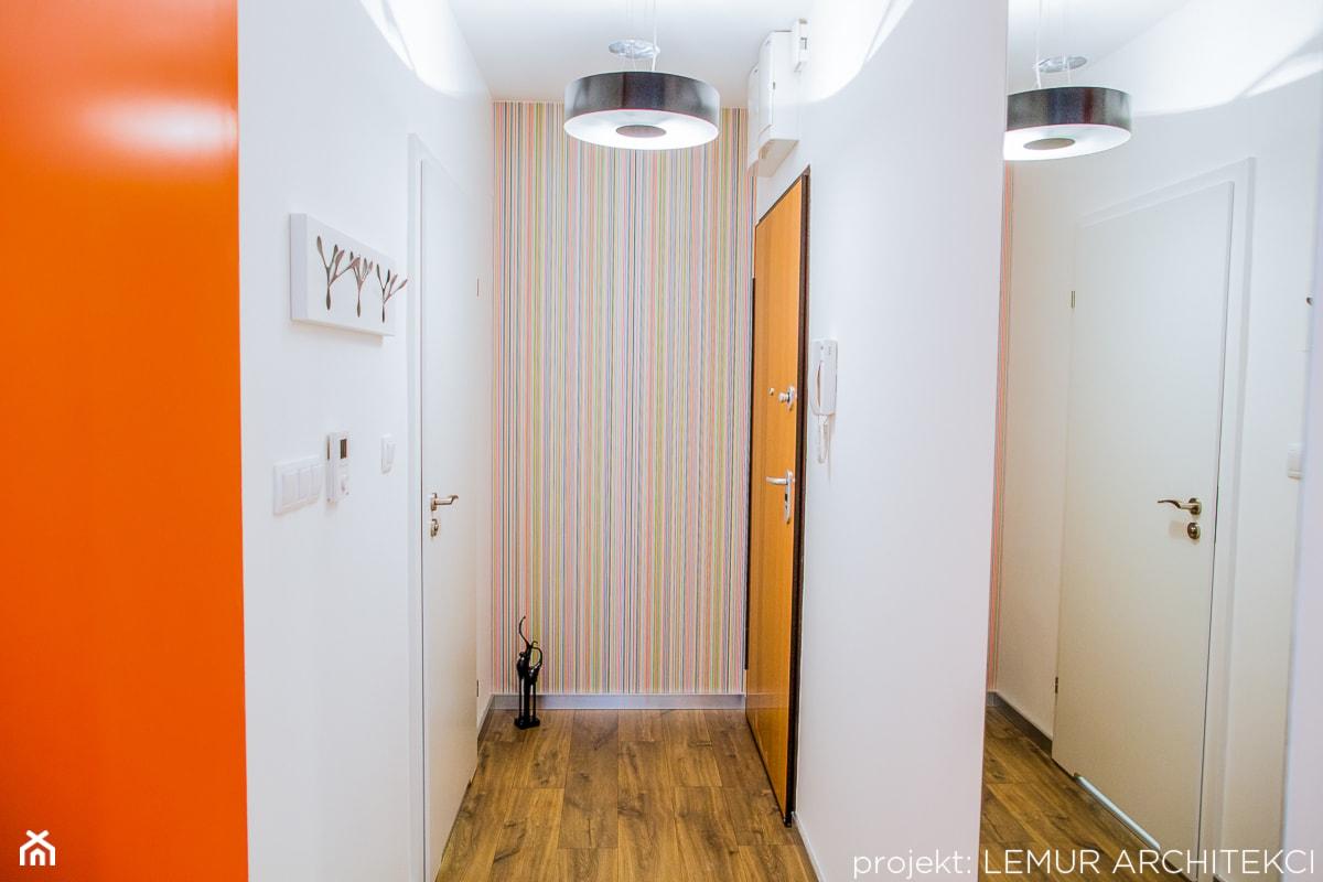 Apartament PAPAJA - Mały biały kolorowy hol / przedpokój, styl nowoczesny - zdjęcie od Pracownia architektoniczna meridian - Homebook