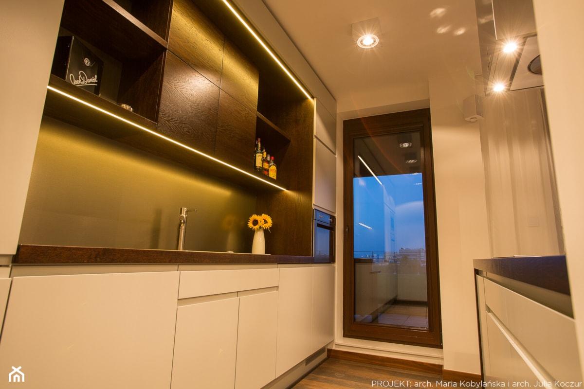 Apartament Angel Wings - Mała zamknięta kuchnia dwurzędowa w aneksie z wyspą, styl nowoczesny - zdjęcie od Pracownia architektoniczna meridian - Homebook