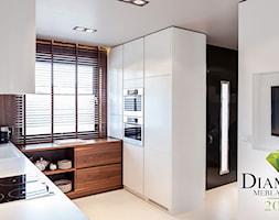 Średnia otwarta brązowa kuchnia w kształcie litery u w aneksie, styl nowoczesny - zdjęcie od anchal