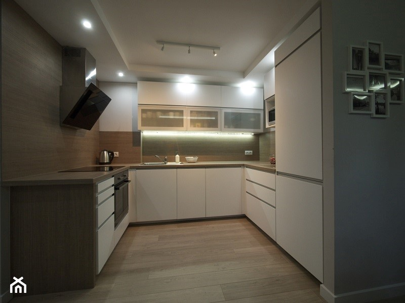 Kuchnia biało drewniana  zdjęcie od Interio Desi Pracownia Projektowa -> Kuchnia Bialo Czarno Drewniana