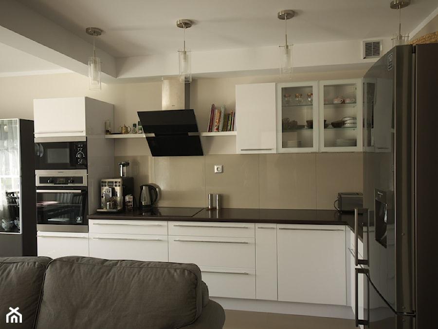 Biała kuchnia na wysoki połysk  zdjęcie od Interio Desi   -> Kuchnia Polowa Wymogi Sanepidu