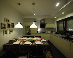 Kuchnia z jadalnią zmienia się w ciągu dnia. - zdjęcie od Interio-Desi Pracownia Projektowa