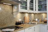 beżowy blat kuchenny z marmuru, białe szafki kuchenne