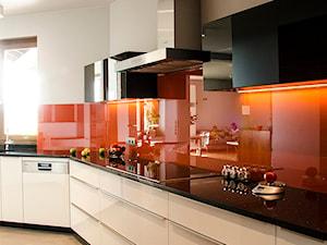Dom dla rodziny z dwójką dzieci - Duża otwarta biała czerwona kuchnia w kształcie litery l, styl nowoczesny - zdjęcie od Artes Design