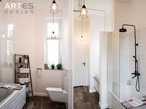 Metamorfoza łazienki - Mała biała łazienka w bloku w domu jednorodzinnym z oknem, styl eklektyczny - zdjęcie od Artes Design
