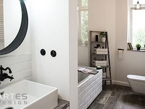 Metamorfoza łazienki - Średnia biała łazienka w bloku w domu jednorodzinnym z oknem, styl eklektyczny - zdjęcie od Artes Design