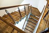 drewniane schody, metalowa balustrada