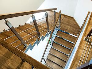 Dom jednorodzinny w Szreniawie - Średnie wąskie schody dwubiegowe drewniane, styl nowoczesny - zdjęcie od Artes Design