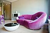 fioletowa sofa w salonie