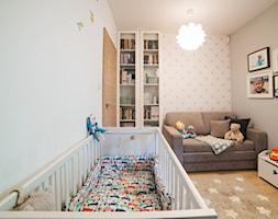 Mieszkanie w Poznaniu - Mały szary pokój dziecka dla chłopca dla dziewczynki dla niemowlaka, styl nowoczesny - zdjęcie od Vivere Colorito