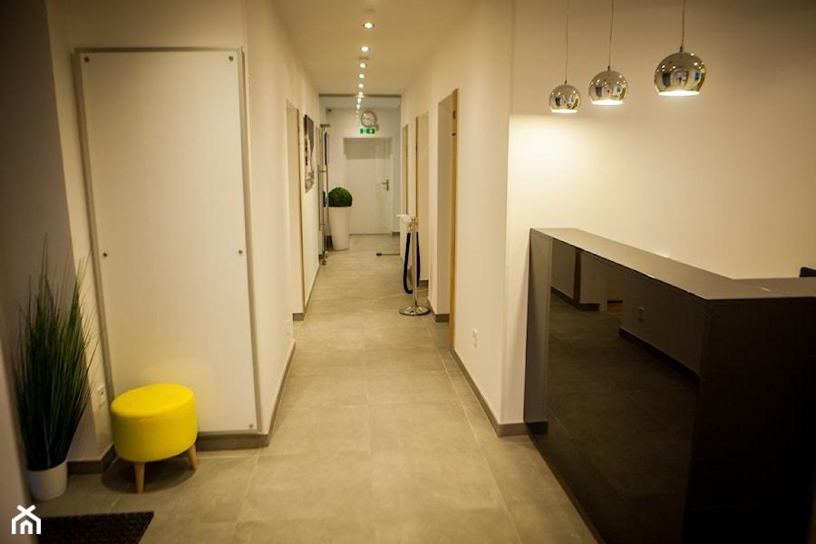 Aranżacje wnętrz - Wnętrza publiczne: Hotel Happy Home - Wnętrza publiczne - Fabryka DESIGNU. Przeglądaj, dodawaj i zapisuj najlepsze zdjęcia, pomysły i inspiracje designerskie. W bazie mamy już prawie milion fotografii!
