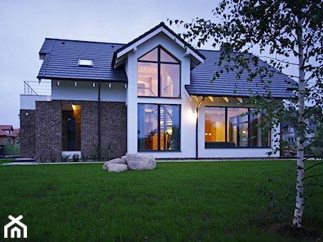 Aranżacje wnętrz - Domy: Z CHARAKTEREM 3 - realizacja projektu - Duże jednopiętrowe nowoczesne domy jednorodzinne murowane z dwuspadowym dachem, styl nowoczesny - DOMY Z WIZJĄ - nowoczesne projekty domów. Przeglądaj, dodawaj i zapisuj najlepsze zdjęcia, pomysły i inspiracje designerskie. W bazie mamy już prawie milion fotografii!