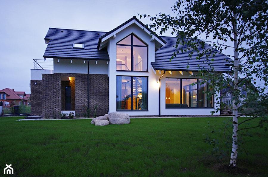 Z CHARAKTEREM 3 - realizacja projektu - Duże jednopiętrowe nowoczesne domy jednorodzinne murowane z dwuspadowym dachem, styl nowoczesny - zdjęcie od DOMY Z WIZJĄ - nowoczesne projekty domów