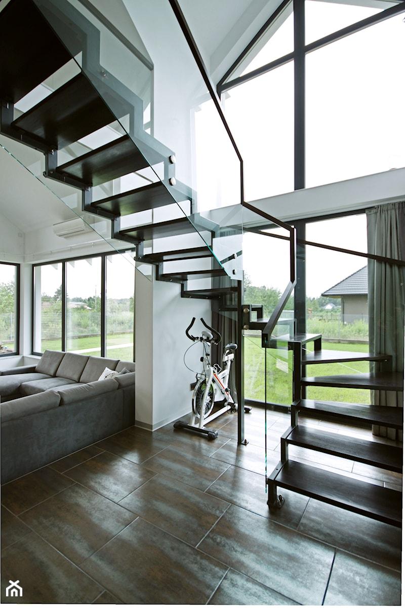 Z CHARAKTEREM 3 - realizacja projektu - Średni biały hol / przedpokój, styl minimalistyczny - zdjęcie od DOMY Z WIZJĄ - nowoczesne projekty domów