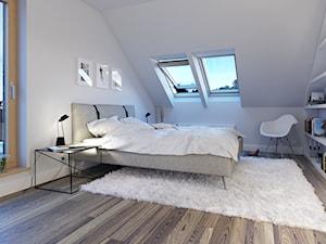 PRAKTYCZNY 3A - niewielki dom z poddaszem użytkowym - Średnia biała sypialnia małżeńska na poddaszu z balkonem / tarasem, styl skandynawski - zdjęcie od DOMY Z WIZJĄ - nowoczesne projekty domów