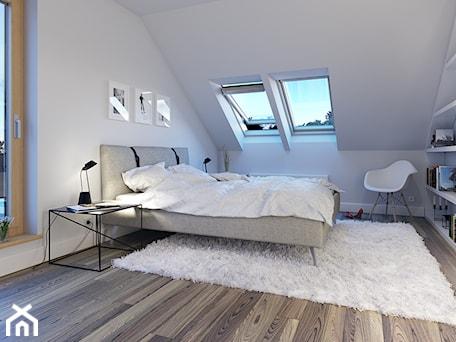 Aranżacje wnętrz - Sypialnia: PRAKTYCZNY 3A - niewielki dom z poddaszem użytkowym - Średnia biała sypialnia małżeńska na poddaszu z balkonem / tarasem, styl skandynawski - DOMY Z WIZJĄ - nowoczesne projekty domów. Przeglądaj, dodawaj i zapisuj najlepsze zdjęcia, pomysły i inspiracje designerskie. W bazie mamy już prawie milion fotografii!
