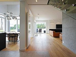 STYLOWY 2 - realizacja projektu - Duży biały szary hol / przedpokój, styl nowoczesny - zdjęcie od DOMY Z WIZJĄ - nowoczesne projekty domów